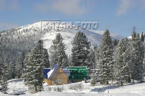 Домик зимой в горах